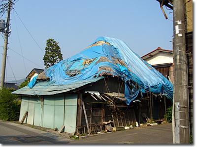 茅葺き屋根崩壊寸前