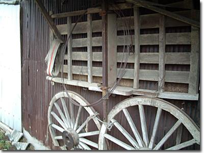 馬車の車輪のある小屋